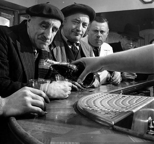 photos-rares-20eme-siecle-Le-Coca-Cola-arrive-pour-la-premiere-fois-en-France-1950